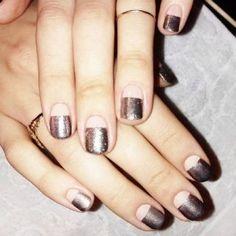 A medio camino entre el look nude y el nail art gráfico, la manicura semi transparente se perfila como una de las tendencias de uñas más potentes de esta temporada...