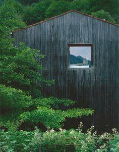 "[Fig.3] Fachada exterior del atelier. Fuente: ""Peter Zumthor: Buildings and Projects"" de P. Zumthor, vol 1, p.32. Autor: Hélêne Binet."