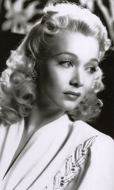 Todays vintage hair & makeup retro hair inspiration from Carole Landis (January 1919 – July Old Hollywood Glamour, Vintage Glamour, Hollywood Stars, Vintage Vogue, Classic Hollywood, Divas, Vintage Makeup, Vintage Beauty, 1940s Hairstyles