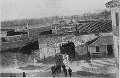 1890-AVENIDA  SAN  IGNACIO- El Portal de San Nicolás visto desde la calle de San Ignacio hacia 1890-PUERTA  DE  SAN  NICOLAS-MURALLAS-