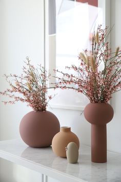English Swedish Product Care The Ball vase was the beginning of a new journey for Cooee. The round minimalistic vase was the first product in the living co Rose Vase, Flower Vases, Flower Arrangements, Objet Deco Design, Deco Zen, Deco Rose, Keramik Vase, Painted Vases, How To Preserve Flowers