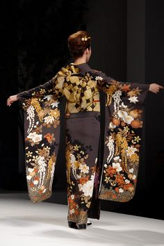 Love the browns and creams: thekimonogallery: Kimono [furisode] Yukiko Hanai designed Spring/Summer 2012 Collection.