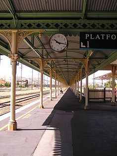 The break-of-gauge platform for the Sydney–Melbourne railway at Albury station, where passengers disembarked from broad gauge trains from Melbourne to board standard gauge trains to Sydney.