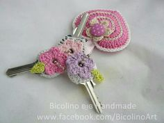 Crochet flower key covers ༺✿ƬⱤღ✿༻ - inspiration only Crochet Home, Love Crochet, Crochet Gifts, Beautiful Crochet, Crochet Flowers, Knit Crochet, Crochet Keychain, Crochet Bookmarks, Crochet Key Cover