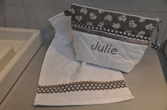 trousse de toilette en tissu matelassé blanc,parmenture à pois et coeur, prénom brodé en taupe.  + sa mini serviette assortie.