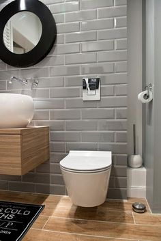 Szare kafelki w nowoczesnej łazience