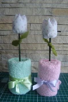 Idea para baby shower o bautismo Baby Crafts, Diy And Crafts, Baby Shower Parties, Baby Shower Gifts, Shower Baby, Towel Origami, Towel Animals, How To Fold Towels, Towel Cakes
