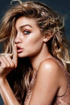 New sexy photos of Gigi Hadid for Vogue Netherlands (November Looking good, but just one topless covered photo. Gigi Hadid is an American fashion model Gigi Hadid Looks, Gigi Hadid Style, Look Fashion, Fashion Models, Fashion Hair, White Fashion, Runway Fashion, Kristina Pímenova, Gigi Hadid Photoshoot