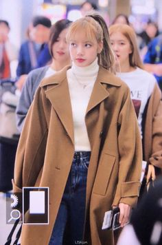 Not Only BLINKs But Netizens Too are Head over Heels with Lisa`s Most Recent Airport Fashion. It was a Look Blackpink Fashion, Europe Fashion, Korean Fashion, Winter Fashion, Fashion Outfits, Fasion, Kpop Mode, Lisa Blackpink Wallpaper, Cool Outfits