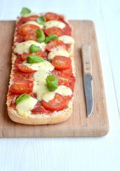 Lekker en snel pizzabrood gemaakt van ciabatta uit de oven.