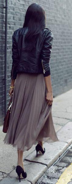 Comment porter les escarpins avec une jupe longue? C'est ici: https://one-mum-show.fr/escarpins/ #jupemidiplissée #perfectocuirnoir #escarpinsnoirs