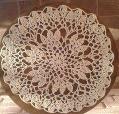 Centro de mesa tejido al crochet en hilo macramé amarillo claro, 26cm de diámetro.