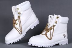 Outfits Mode für Frauen 2019 - White Timberland Boots With Gold Chains 6 Inch,Fashion Winter Timberland Women B. White Timberlands, Timberlands Women, Timberlands Shoes, Timberland Roll Top Boots, Timberland Boots Outfit, Tims Boots, Timberland Classic, Timberland 6, Fashion Boots