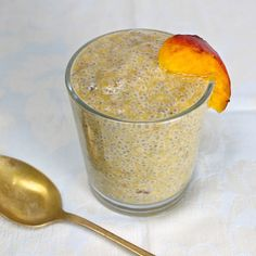 Peaches & cream chia seed pudding recipe that's a healthy, filling and low calorie breakfast. Plus 4 healthy reasons to eat chia seeds. No Calorie Foods, Low Calorie Recipes, Healthy Recipes, Healthy Meals, Healthy Life, Chia Pudding, Chia Benefits, Healthy Eating Tips, Clean Eating