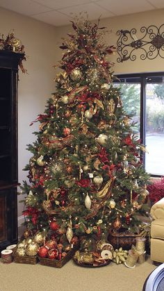 Christmas Tree with baskets of ornaments - I like the idea of the baskets underneath the tree or around the room - continuing the theme of the tree. I'm not sure where the image is from (note the price tag on the wall decor! *grin*)