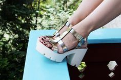 street style - shoes - look do dia - ootd - fashion - blogger - salto tratorado - heels - salto alto - salto branco - dourado - sandália - metalizado - summer shoes - grunge shoes - 90's - sapatos anos 90