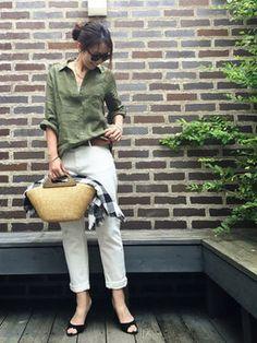 カーキシャツ+白デニム