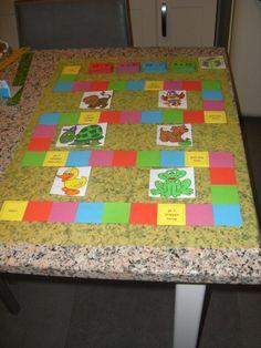 De tafels oefenen, kunnen we ook met een ganzenbord. Elk kleurtje heeft zijn stapeltje oefeningen.