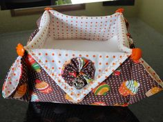 Fada Mimos Pot Holders, Candle Holders, Origami, Vide Poche, Craft Work, Diy And Crafts, Patches, Diaper Bag, Quilts