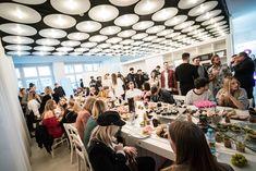 """Im Rahmen des exklusiven Influencer-Events """"Leck mich am Hashtag"""" kamen ausgewählte Top-Blogger zu einem Networking-Brunch zusammen. Reichweitenstarken Online-Influencer wurden mit unterschiedlichen Markenvertraut gemacht. Geboten wurde ein erlesenes Frühstücksbuffet bis hin zu exklusiven Make-up-Treatments und Hairstylings. Vöslauer versorgte alle Blogger mit Wasser und präsentierte seine Eventsäulen. @DELIGHT RENTAL STUDIOS GMBH #vöslauer #jungbleiben #berlin #berlinfashionweek… Influencer, Up, Berlin, Studios, Brunch, Events, Frame, Water"""