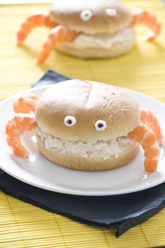 Crab sandwich recipe (in Spanish). Use egg substitute & tuna salad if allergic to seafood and be creative for alternate food item for legs. Cute Food, Good Food, Yummy Food, Crab Sandwich, Childrens Meals, Wrap Sandwiches, Food Humor, Cooking With Kids, Food Items