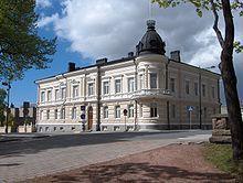 https://fi.wikipedia.org/wiki/Hallituskatu_(Pori)Merikapteeni Heinen talo (1893). Porin kirkkoherranviraston rakennus. Suunnitellut arkkitehti Ricardo Björnberg merikapteeni Oscar Heinelle. Valmistui vuonna 1893
