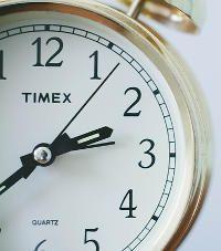 Choisissez l'heure à laquelle vous voulez vous lever. Vous allez donc tenter d'atteindre ce but en y travaillant tous les jours de la semaine. Vous y parviendrez progressivement (-15' chaque jour) pour éviter de traumatiser votre organisme. En effet, tous les jours de la semaine, même le week-end. Jusqu'à ce que vous soyez reprogrammé, il n'y aura pas de grasse matinée.