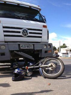 Moto e caminhão colidem deixando um morto e um ferido no Recife  Passageiro da motocicleta morreu ainda no local e o piloto ficou ferido.  Motorista do caminhão-pipa prestou socorro às vítimas.    Um homem morreu e outro ficou ferido em um acidente na Avenida Mascarenhas de Morais, próximo à entrada no Jordão, Zona Sul do Recife. Uma moto e um caminhão-pipa colidiram por volta das 7h20 desta sexta-feira (4). De acordo com o Corpo de Bombeiros, o passageiro da motocicleta  morreu na hora e o