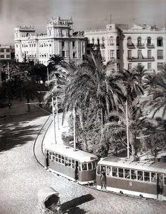 >FOTOGRAFÍAS INÉDITAS DE LA HISTORIA DE ALICANTE (II) | alicantevivotest- Tranvía enfilando la rotonda de la Plaza de los Luceros, en 1955. Fijáos en el detalle del suelo adoquinado .