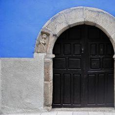 11. Garganta de la Olla: La Casa de las Muñecas Este edificio se utilizaba, en la época de Carlos V, como prostíbulo, de ahí el color azul de la fachada, para diferenciarlo del resto, y de ahí la muñeca tallada en el arco de la puerta.