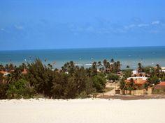 Linda vista da Praia de Cumbuco com suas casas e muitos kitesurfes.