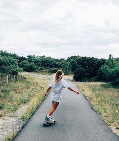 Skate Photos, Skateboard Pictures, Skateboard Girl, Poses Photo, Skate Girl, Summer Goals, Longboarding, Summer Aesthetic, Skateboards