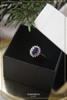 Dieser klassisch-eleganter Ring mit strahlendem Saphir erinnert sofort an Princess Diana's Verlobungsring. Funkelnde Brillanten umgeben den tiefblauen Saphir, welcher dadurch noch schöner zur Geltung kommt.