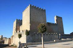 CASTLES OF SPAIN - Castillo de Encinas de Esgueva situado en la provincia de Valladolid, Castilla y León. Se sitúa en la línea defensiva del Esgueva y tenía como misión proteger la entrada al valle. Originalmente perteneció a la Merindad del Cerrato. Se inició su construcción en el siglo XIV, habiendo sido señores del castillo Alfonso Díez y Gonzalo Gutiérrez. El escudo de sus muros es el de los Aguilar. En 1850 estaba habitado y era propiedad del Marqués de Lorca.