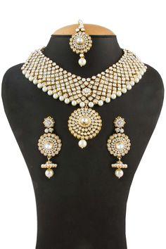 Golden Necklace Prix:-59,40 € Collier clouté cristal avec boucles d'oreilles Jhumka et Tika. http://www.andaazfashion.fr/jewellery/necklace-sets/golden-necklace-80509.html