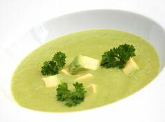 Uborkás avokádó leves recept: Hűsítő és nagyon egészséges nyári leves! A hőségben akár frissítő italként is fogyasztható. Kissé savanykás, nyers íze van - hiszen nincs is főzve. Nem az a leves, amiből sokat eszünk, inkább a nagyon egészséges, egy tányéros hűsítő finomság. Nyáron egy jég hideg rozé mellé zseniális választás! Eat Pray Love, Clean Eating, Dishes, Ethnic Recipes, Soups, Fitness, Cilantro, Clean Meals, Gymnastics