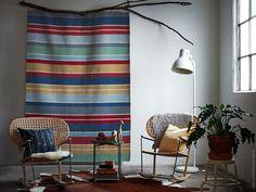 Lyft rummet med en matta! RAVNSÖ är ett sprakande exempel i ull som snabbt sätter stilen på ett rum.