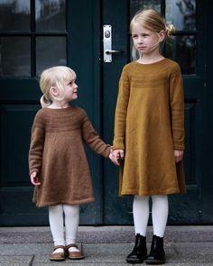 """975 Likes, 23 Comments - PetiteKnit • knitting patterns (@petiteknit) on Instagram: """"Ankers Kjole 🌿 Selvfølgelig skulle der tilføjes en kjole til Anker-familien 👌🏻 Her er Karen og Nora…"""""""
