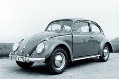 Volkswagen Kever. Jarenlang hebben we zulke auto´s gehad. In het wit en in het lichtblauw. Ik schaamde me altijd heel erg voor zo´n auto. Was blij dat mijn ouders later op de Golf overgingen.
