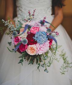 Fotos de buquê de noiva azul: Nesse buquê, uma combinação de cores cheia de personalidade.