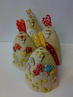 Zajíček puntíček a zajíček kytička Veselý  ušáček 9x15 cm  Vybírejte podle doplňkových fotografií 1. zajíček bílý puntíček 2. zajíček červený puntíček 3. zajíček oranžový ouška 4. zajíček žlutý ouška  cena za jednoho ušáčka Slab Pottery, Pottery Mugs, Ceramic Pottery, Ceramic Art, Clay Crafts, Diy And Crafts, Arts And Crafts, Pottery Animals, Concrete Crafts