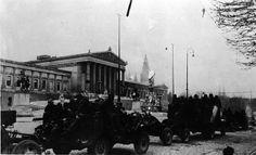 """Am 13.4.1945 ist die """"Schlacht um Wien"""" beendet. Sowjetische Militärfahrzeuge vor dem Wiener Parlament. Die Kämpfe zur Befreiung Wiens dauerten mehrere Wochen, eine kampflose Übergabe scheiterte. Austria, Vienna, World War, Street View, In This Moment, Black And White, History, Ww2, Painting"""