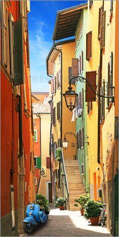 """Poster """"Altstadtgasse Riva del Garda"""", leuchtende Farben des Südens, als Poster, Leinwanddruck, auf Forex, oder Dibond, bei Posterlounge!"""