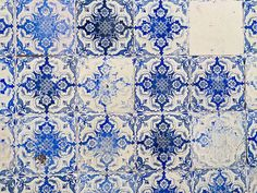 The Azulejo Tiles of Portugal - via 20s Travel 12.06.2015 | The entire country of Portugal is basically covered in ceramic tiles. Plain ones, colorful ones, intricately patterned ones. They are called Azulejo and they serve a variety of artistic and practical functions. #portugal #travel #culture #art
