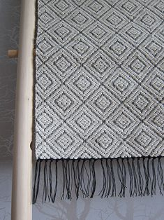 harlekin trasmatta Weaving Designs, Weaving Projects, Weaving Patterns, Loom Yarn, Loom Weaving, Hand Weaving, Weaving Textiles, Weaving Techniques, Crochet Home