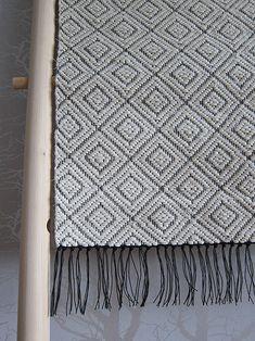 harlekin trasmatta Loom Yarn, Loom Weaving, Hand Weaving, Weaving Designs, Weaving Projects, Weaving Textiles, Weaving Techniques, Crochet Home, Woven Rug