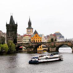 """📍Praga - República Tcheca 🇨🇿 Como dizia o escritor Franz Kafka sobre a cidade onde nasceu e viveu a maior parte de seus 41 anos: """"Praga não deixa a gente ir embora, esta velha tem garras"""" . Depois de conhece-la de pertinho dá para entender perfeitamente seu pensamento.  Encantadora e charmosa, Praga é conhecida como """"cidade das cem cúpulas"""", sendo um dos mais belos e antigos centros urbanos da Europa, famosa pelo extenso patrimônio arquitetônico e rica vida cultural. Importante também…"""