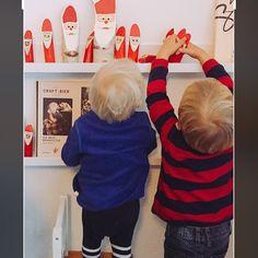 Die Nikoläuse sind aus Besenstielen und Holzästen gemacht. An Weihnachten und im Advent laden die Kerle   Groß und Klein zum Spielen ein. Mehr Bilder und Inspiration auf www.kopfkonzert.com