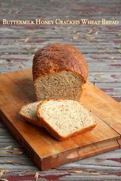 Butermilk miel Cracked pan de trigo es de nuez y ligeramente dulce con trozos masticables de trigo partido para darle una textura rústica.  El pan se eleva y la luz y no es deleznable o densa.  Restlesschipotle.com