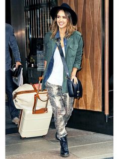 How on point is this airport look!? // #celebritystyle #jessicaalba